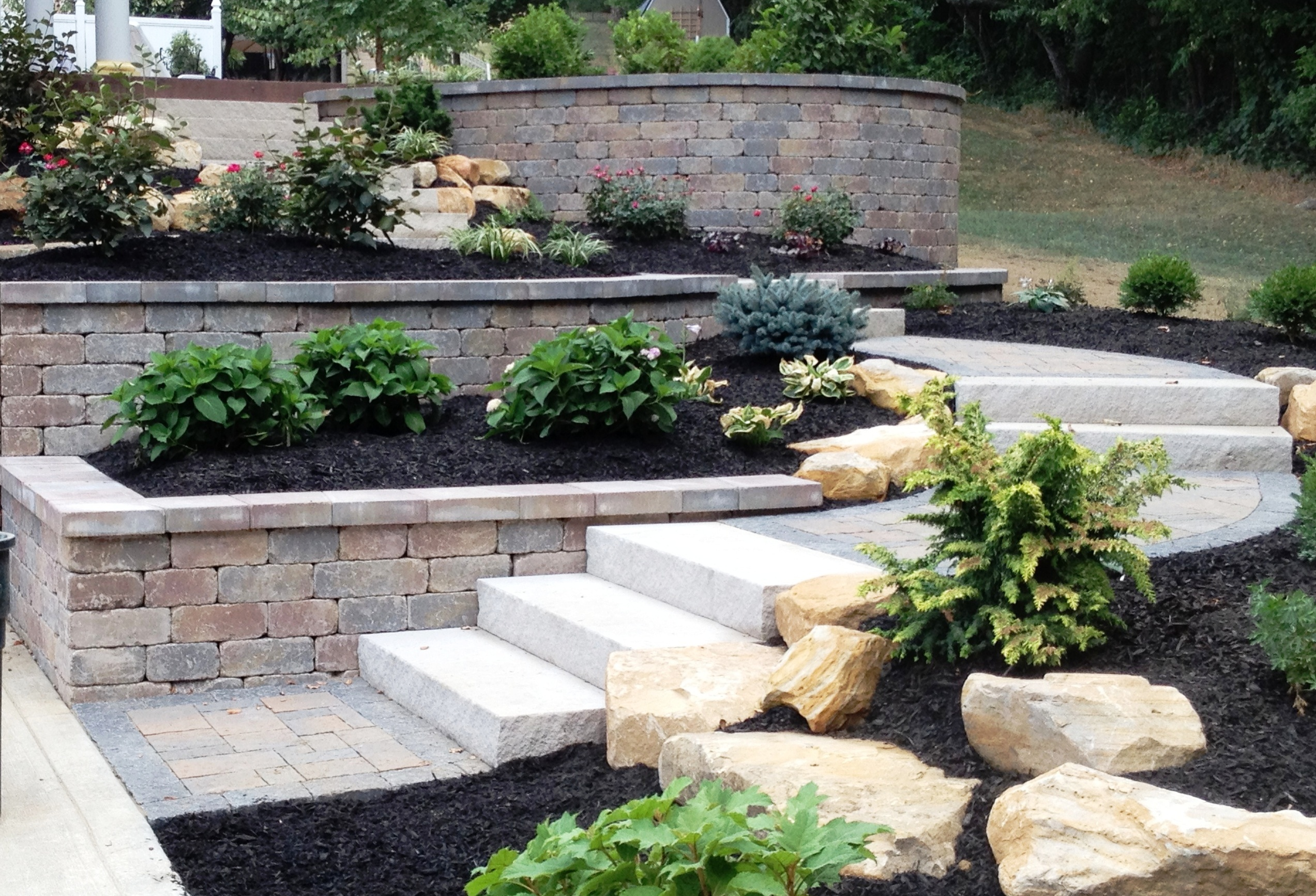 outdoor-living_paver-patio_wall_plantings_steps_boulders_hardscape_021